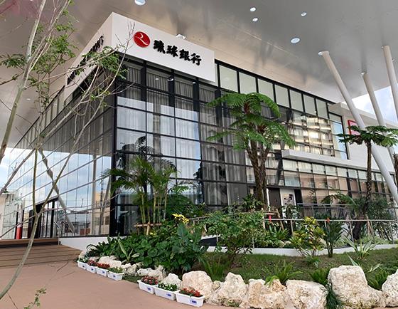 琉球銀行牧港支店、2階のセミナールームで人事労務研修セミナーを開催しました。